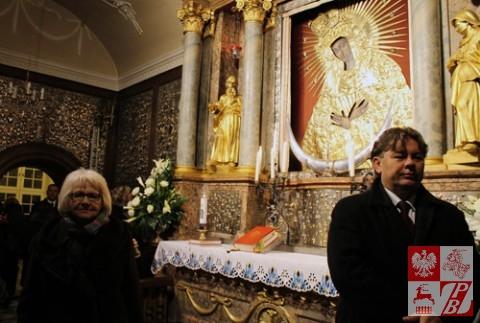 senator Janina Sagatowska i działacz polonijny Andrzej Janeczko z Hiszpanii przy obrazie Matki Boskiej Ostrobramskiej