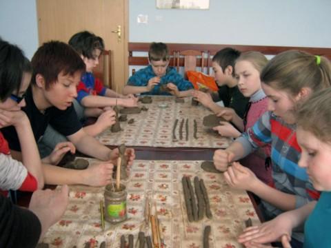 Zajęcia ceramiczne na obozie edukacyjno-wypoczynkowym w Chodyszewie (woj.podlaskie), fot.: aktywni.bialystok.pl