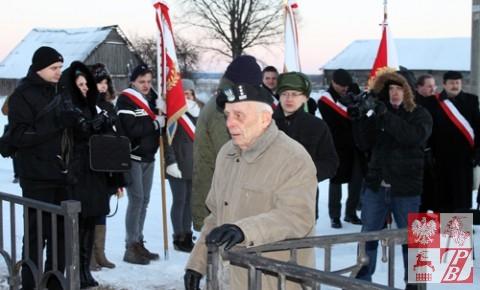 płk. Tadeusz Bieńkowicz przy pomniku swojego dowódcy