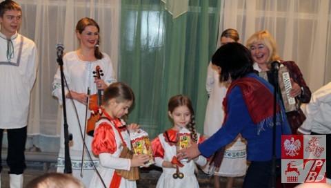 Andżelika Borys wręcza prezenty najmłodszym artystkom zespołu Sachoń