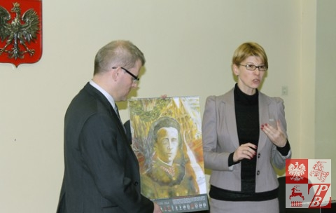 Waldemar Wilczewski i Barbara Bojaryn-Kazberuk prezentują kalendarz