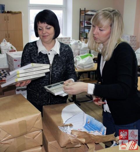 Przewodniczaca Rady Naczelnej ZPB Andżelika Borys i wiceprezes ZPB Helena Dubowska rozpakowują paczki z podręcznikami