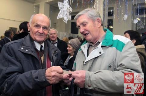 Najstarszy 90-letni Sybirak Antoni Gierbiedź łamie się opłatkiem
