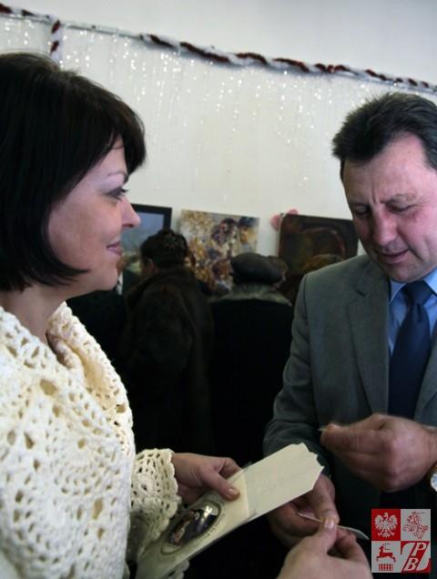 Andżelika Borys i Mieczysław Jaśkiewicz łamią się opłatkiem