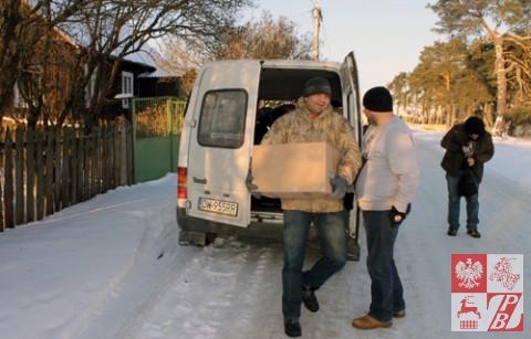 Wyładowywanie paczki dla polskiego bohatera
