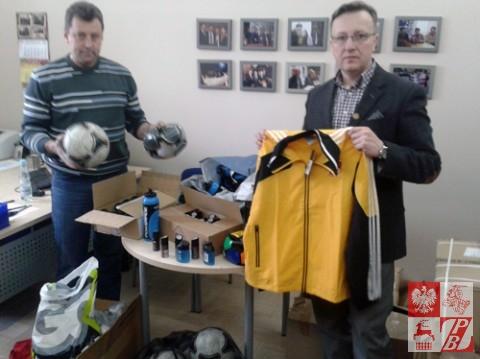 Mieczysław Jaśkiewicz odbiera sprzęt sportowy w obecności Artura Kondrata
