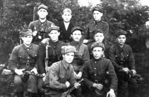 """Grupa żołnierzy z oddziału """"Olecha"""" – 1945 r. (ppor. """"Olech"""" siedzi w środku grupy), klęczy z lewej Mikoła """"Zielony"""" (Ukrainiec, lejtnant Armii Czerwonej, antykomunista, który dołączył do polskiej partyzantki), z prawej klęczy: NN """"Lis"""", fot.: podziemiezbrojne.blox.pl"""