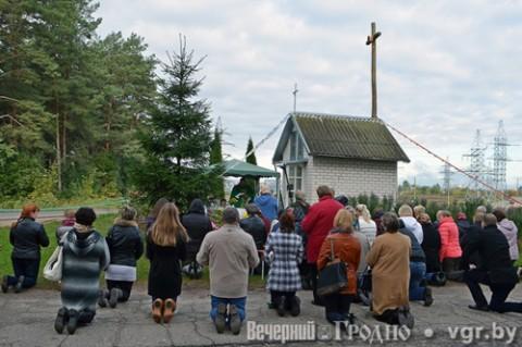 Modlitwa przy kapliczce w Alszance, fot.: vgr.by