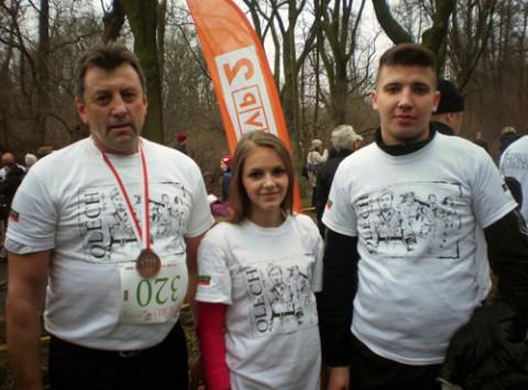 Mieczysław Jaśkiewicz (po lewej)z młodzieżą z Grodna i Lidy uczęstniczącą w Biegu Ludzi Honoru-Tropem Wilczym