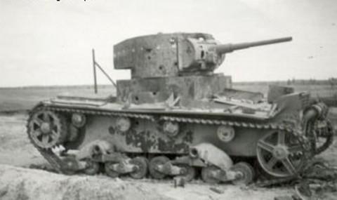 Sowiecki_czolg_lekki_T-26_zniszczony_we_wrzesniu_1939