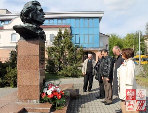 Pomnik_mickiewiczowi (1)