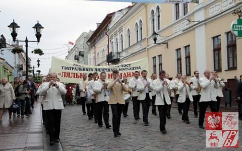 Przemarsz z orkiestrą dętą przez centrum Grodna