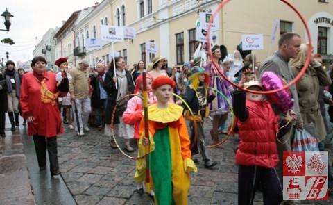 Uczestnicy festiwalu na ulicach Grodna