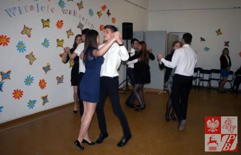 Przedstawienie taneczne w wykonaniu absolwentów