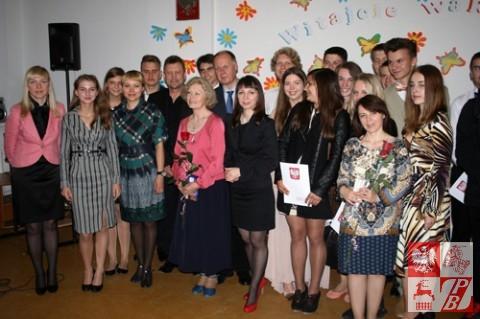 Zdjęcie pamiątkowe absolwentów, nauczycieli i gości uroczystego zakończenia Roku Szkolnego 2013/2014