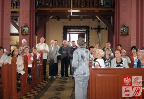 Wycieczkowicze w kościele w Kamionce