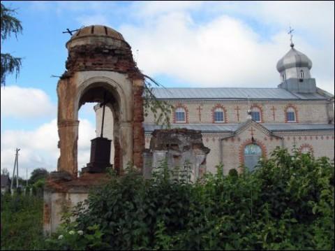 Kaplica Rejtanów przed zburzeniem się na tle cerkwi prawosławnej przy cmentarzu lachowickim, fot. Mariusz Proskień/ Radzima.org