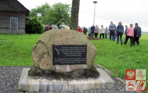 Pomnik ku czci rodziny Pawłowskich, władców majątku w Milkowszczyźnie. W tle: wysoka rura z gniazdem bocianów, które co roku wiją tu gniazdo i wydają potomstwo.