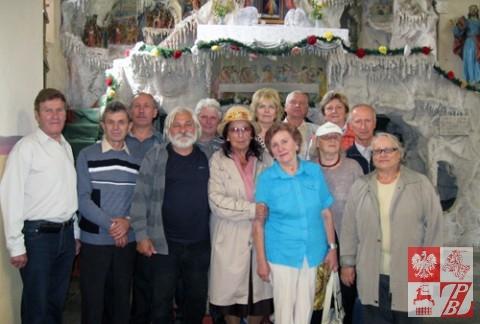 Zdjęcie pamiątkowe na tle Ołtarza Męki Pańskiej