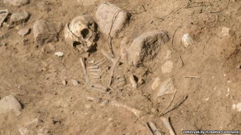 """Odnaleziony pod Wołkowyskiem przez wojskowych szkielet """"czerwonoarmisty"""", fot.: Volkovysk.by"""