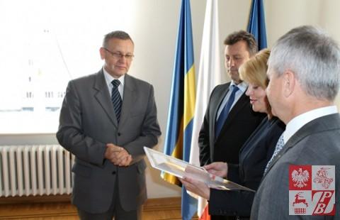Andżelika Borys odczytuje treść Dyplomu Uznania dla Mirosława Sekuły.
