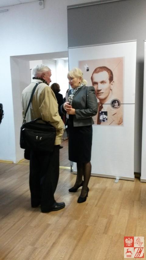 Halina Ładisowa wita zwiedzających wystawę