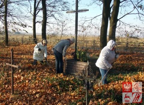 Sprzatanie_Cmentarzy_przez_OddzialZPB_w_Brzesciu3jpg