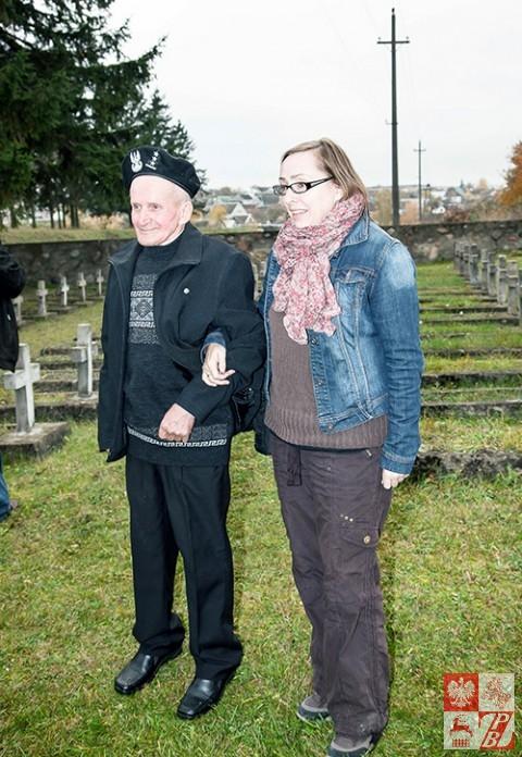 """Władysław Uchnalewicz z prezes Stowarzyszenia """"Odra-Niemen na cmentarzu w Wołkowysku"""""""