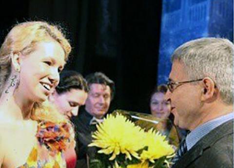 """Ambasador RP w Mińsku Leszek Szerepka sklada gratulacje zdobywczyni Grand Prix III Festiwalu Piosenki Anny German """"Eurydyka"""""""