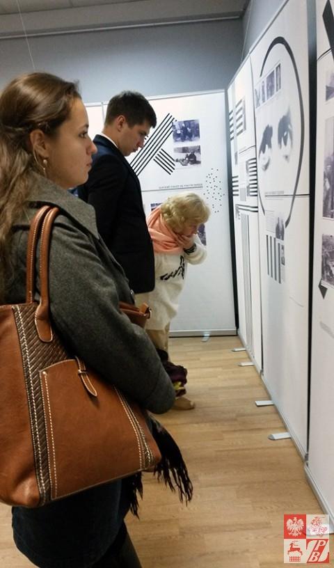 Zwiedzający wystawę