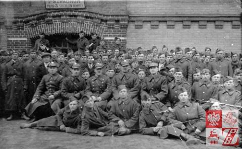 Nikodem Czura, w drugim rzędzie trzeci od prawej, w 1939 r.  w składzie I  szwadronu 3. Pułku Strzelców Konnych