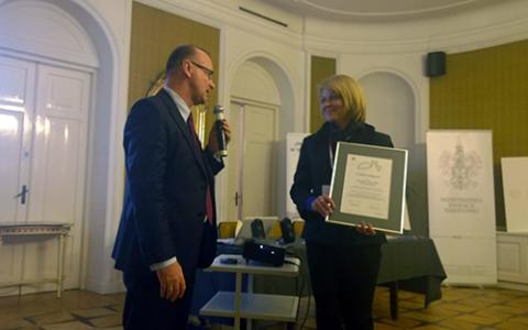 Dariusz Bonisławski gratuluje Andżelice Borys otrzymania Certyfikatu