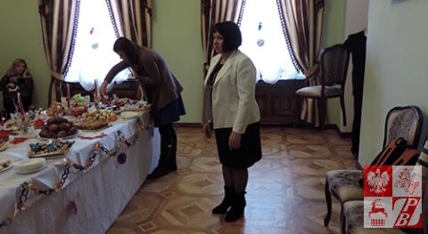 Stanisława Karpol, organizatorka zabawy, zaprasza gości do stołu