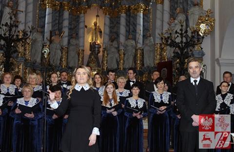 Weronika Szarejko i Paweł Kmiecik witają publiczność