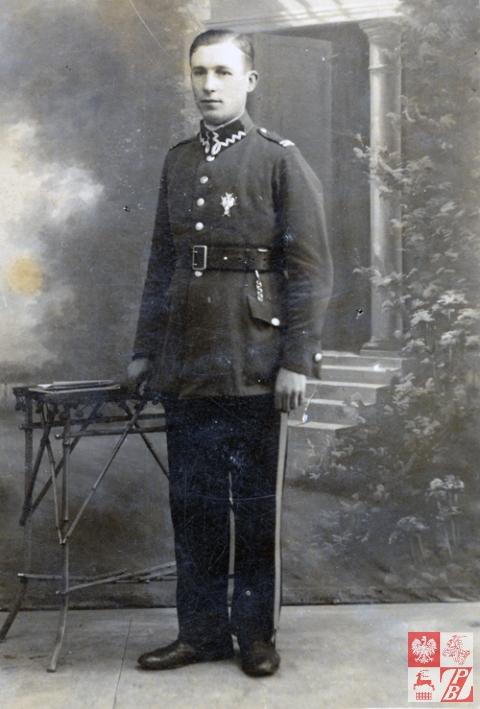 Kolega Kazimierza Sacharczuka z wojska (przypuszczalnie miał nazwisko Stankiewicz) z odznaką 76.Lidzkiego Pułku Piechoty na lewej piersi