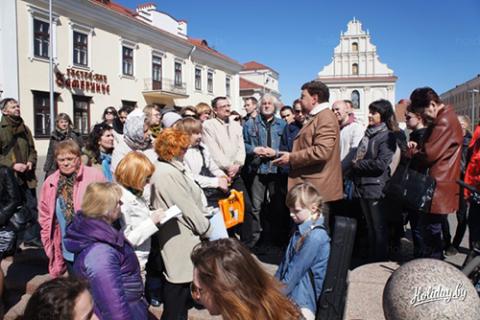 Aleksander Bieły oprowadza wycieczkę po miejscach w białoruskiej stolicy, związanych z mińskim okresem życia Stanisława Moniuszki, fot.: Holiday