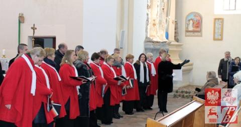 Andżelika Borys przemawia do zgromadzonej w kościele publiczności
