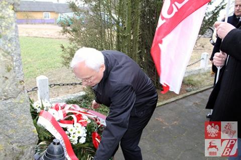 Wieńiec od UdSKiOR składa pod pomnikiem żołnierzy Armii Krajowej w Stryjówce Jan Sroka, naczelnik Wydziału Zagranicznego UdSKiOR