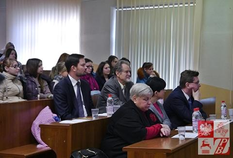 Goście konferencji. W dolnym rzędzie od lewej - prof. Swietłana Musijenko z Grodna