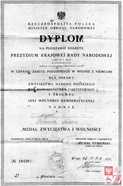 """dyplom nadania """"Medalu Zwycięstwa i Wolności"""" saperowi Adamowi Pożarskiemu"""