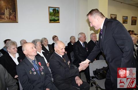 Minister Ciechanowski wita bohaterów uroczystości