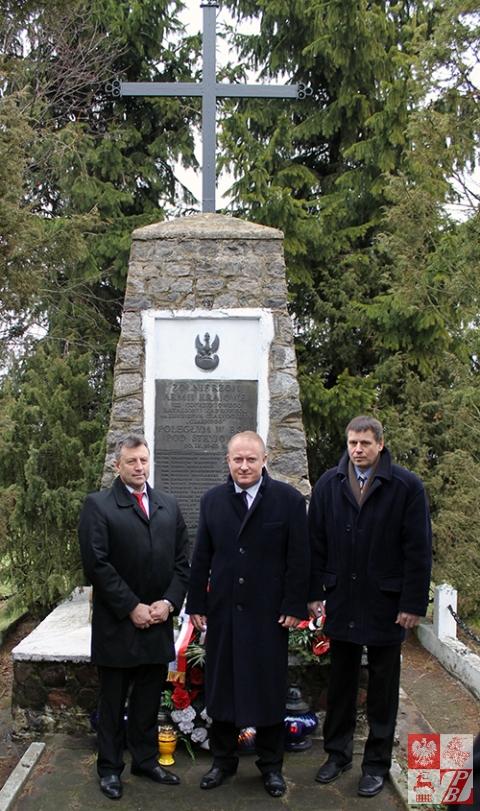 Zdjęcie pamiątkowe działaczy ZPB  z szefem UdSKiOR. Od lewej: Mieczysław Jaśkiewicz, Jan Stanisław Ciechanowski i Józef Porzecki