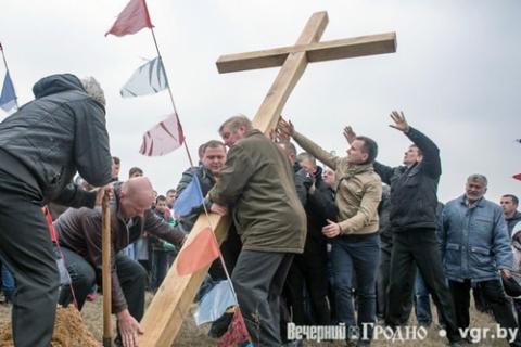 Stawianie dwudziestego krzyża na oszmiańskiej Golgocie, fot.: vgr.by