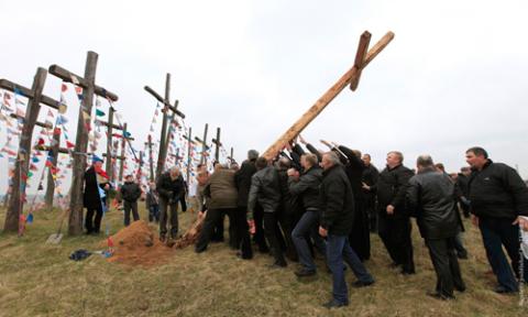 Stawianie dziwiętnastego krzyża na oszmiańskiej Golgocie w 2014 roku, fot.: Wasilij Fiedosienko/Reuters