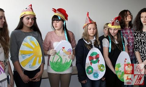 Uczniowie Szkoły Społecznej przy ZPB w Brześciu prezentują program artystyczny o tradycjach wielkanocnych