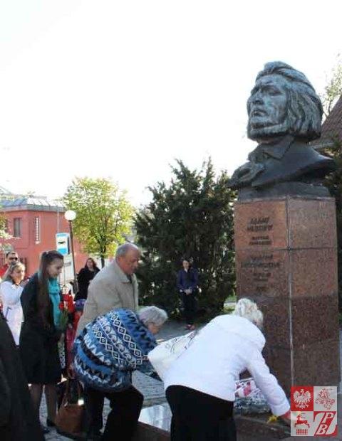 Grodno_Obchody_3_Maja_pomnik_Mickiewicza_03