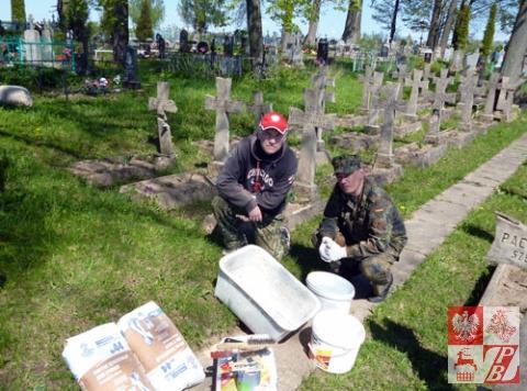 Stefan Łopacki i Denis Krawczenko przystępują do prac remontowych w kwaterze polskich żołnierzy