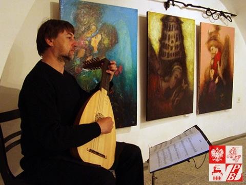 Podczas wernisażu na lutni grał znany grodzieński artysta Władimir Zacharow