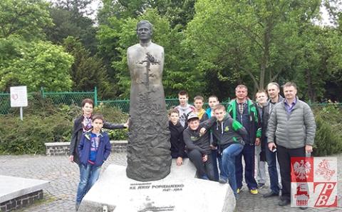 sportowcy_z _Bialorusi_przy_pomniku_ks_Popieluszki
