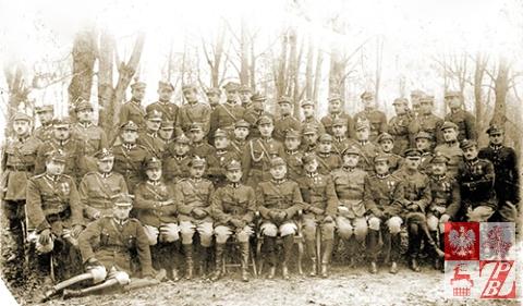 Zdjęcie pamiątkowe oficerów 24 Pułku Piechoty. Karol Tomkowicz siedzi drugi od prawej
